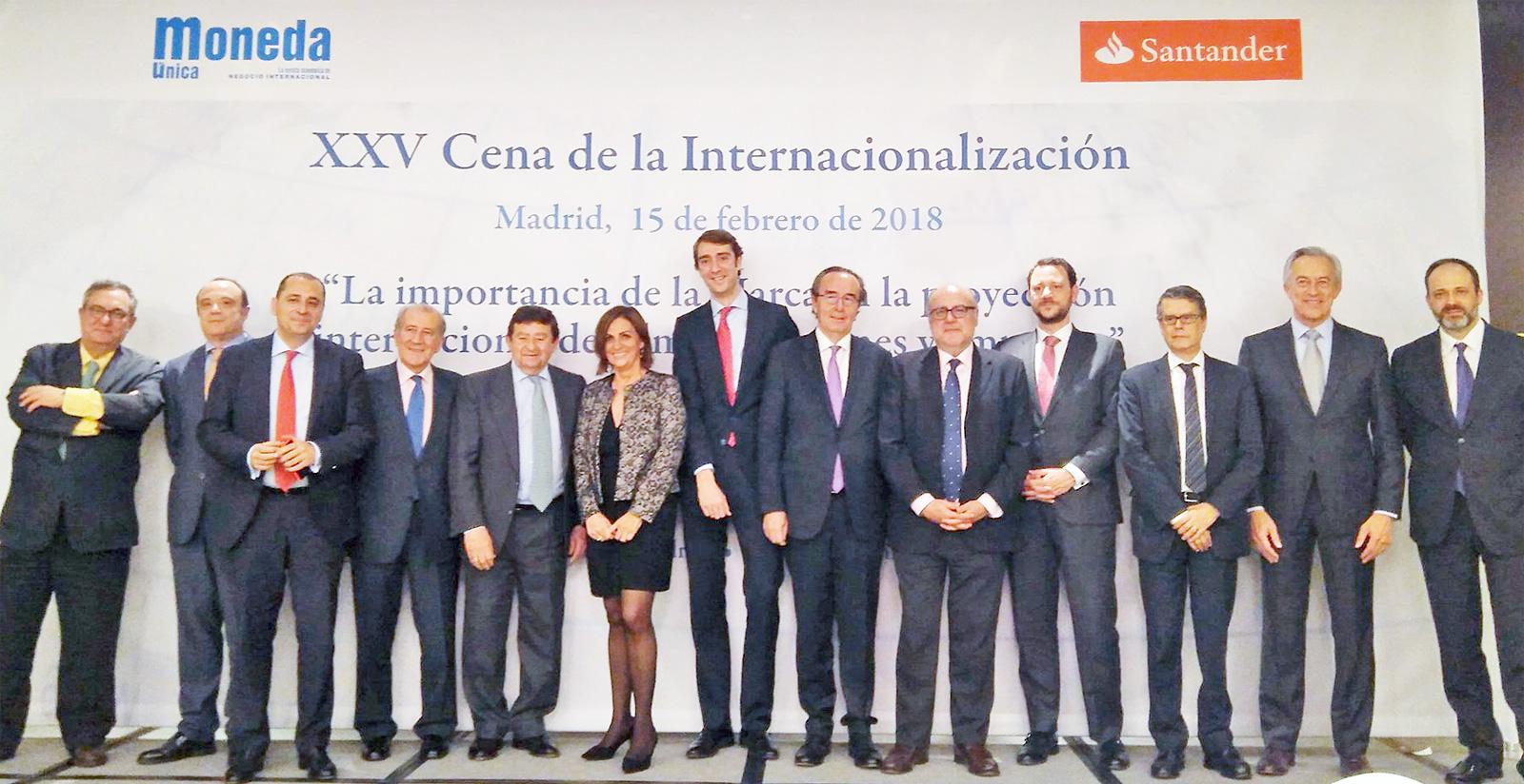 Fotografía de familia de la mesa de presidencia de la XXV Cena de la Internacionalización
